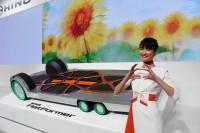 「第46回東京モーターショー2019」の日野自動車ブースで、日野ポーズを取るコンパニオン