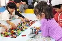 「第46回東京モーターショー2019」の日野自動車ブースでは、子どもが『FlatFormer』の模型で遊べるスペースを設置