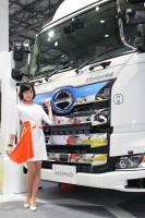 「第46回東京モーターショー2019」の日野自動車ブースで、展示物を紹介するコンパニオン