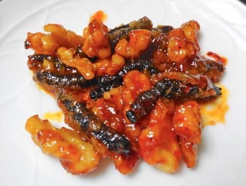「サクラケムシのチリソース炒め」。片栗粉をまぶし揚げ、クルミと炒めてソースを絡める。美味。