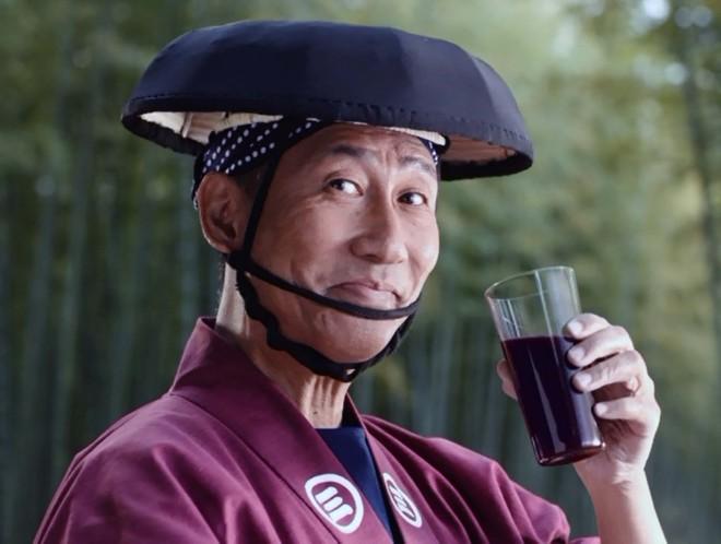 2017年放送『ミキプルーン 人力車に乗って』篇。なぜか人力車を引く中井に、乗客「ミキプルーン飲んでる! やだぁ、中井貴一だ!」