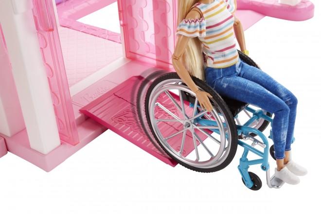車椅子バービーは、付属のスロープをドールハウスなどと組み合わせることで、バリアフリーのごっこ遊びが楽しめる