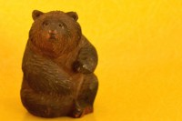 東京903会の代表・安藤夏樹氏が所有する木彫り熊 (C)oricon ME inc.