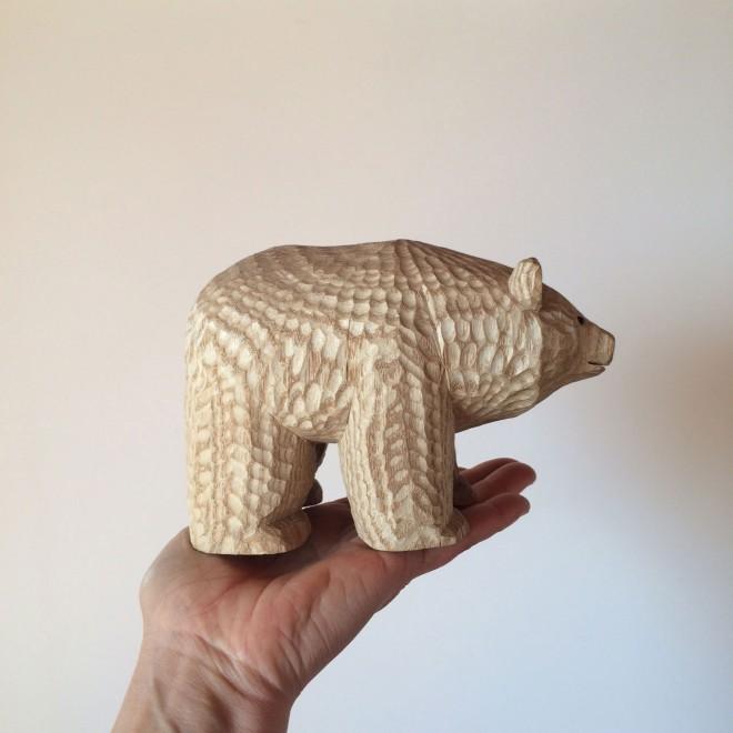 北海道の十勝・鹿追町でアトリエ『page』を営む高野夕輝氏作の木彫り熊