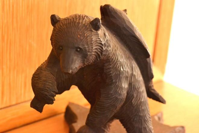 """北海道の木彫り熊、実は鮭は""""くわえる""""よりも""""背負う""""ほうが一般的だったという (C)oricon ME inc."""