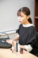 ポーチの中身について説明している、元美容部員の和田さん。