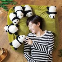 まるで飼育員さんの気分…赤ちゃんパンダに囲まれる、布団収納クッションソファ