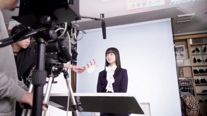 橋本環奈出演の「洋服の青山」新CM「フレッシャーズ 家族で青山」篇メイキング映像