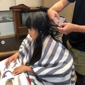 病気を克服し、伸びた髪の毛をヘアドネーションで寄付