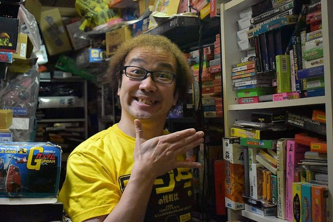 ファミコン芸人・フジタ(ソフトの山積みの自宅にて) (C)oricon ME inc.