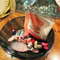 鍵付きの宝石箱の中にはおもちゃとポーチ、あと櫛と鏡が