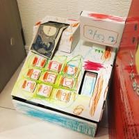 手作りレジ。おもちゃの千円札が間違ったところにつっこんである
