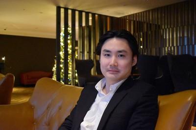 インタビューに答える斉藤由貴生