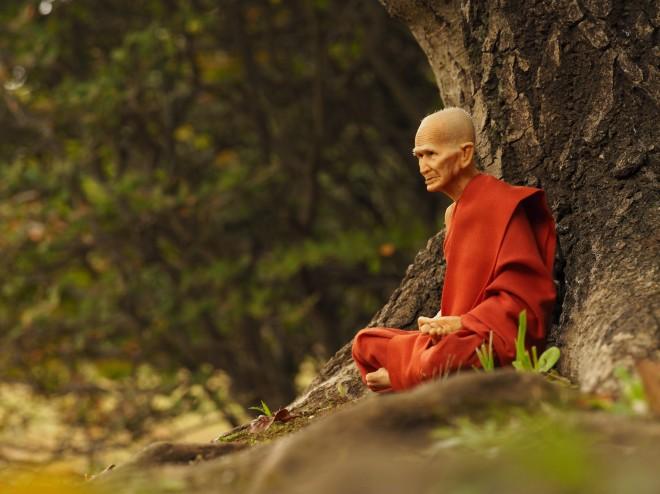 木の下で瞑想する僧侶(フィギュア)