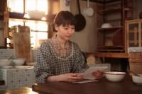 連続テレビ小説『スカーレット』第4週・第24回より。照子(大島優子)からの手紙を読む喜美子(戸田恵梨香)(C)NHK