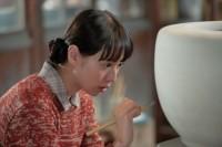 連続テレビ小説『スカーレット』第7週・第37回より。絵付けの練習をする喜美子(戸田恵梨香)(C)NHK