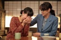 連続テレビ小説『スカーレット』第7週より。久しぶりにちや子(水野美紀)と再会した喜美子(戸田恵梨香)は閉じ込めてきた思いをぶちまけて号泣(C)NHK