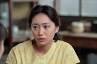 連続テレビ小説『スカーレット』第8週・第47回より。マスコットガールをやりたくないと言う喜美子(戸田恵梨香)を説得する熊谷照子(大島優子)