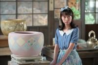 連続テレビ小説『スカーレット』第8週より。マスコットガールのようなポーズを要求され困惑する川原喜美子(戸田恵梨香)(C)NHK