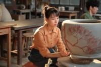 連続テレビ小説『スカーレット』第9週・第52回より。作業の途中でふと暗い表情になる喜美子(戸田恵梨香)(C)NHK