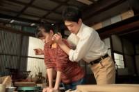 連続テレビ小説『スカーレット』第10週・第59回より。土練りを喜美子(戸田恵梨香)に教える八郎(松下洸平)(C)NHK
