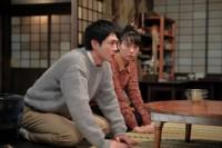連続テレビ小説『スカーレット』第11週・第65回より。「喜美子さんと結婚させてください」と常治に頭を下げる八郎(松下洸平)(C)NHK