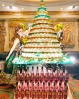 ドラゴンロゼタワー。14段のグラスに、40本のシャンパンが注がれた