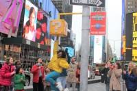 """タイムズスクエアに特設された""""ハテナブロック"""""""