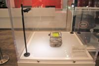 湾岸戦争で爆破された建物内で見つかったゲームボーイ(展示文にはまだ動くと書かれている)