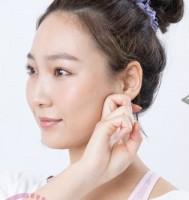 【フェイスライン 3】左のフェイスラインの骨に沿って耳の下まで流す。反対も同様。