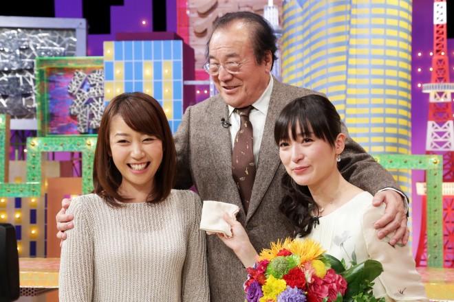 2013年3月、最後の『アド街』収録で号泣する大江麻理子アナ(右)、引き継いだ後輩・須黒清華アナ(左)、2人を見守る愛川欽也さん(中央)