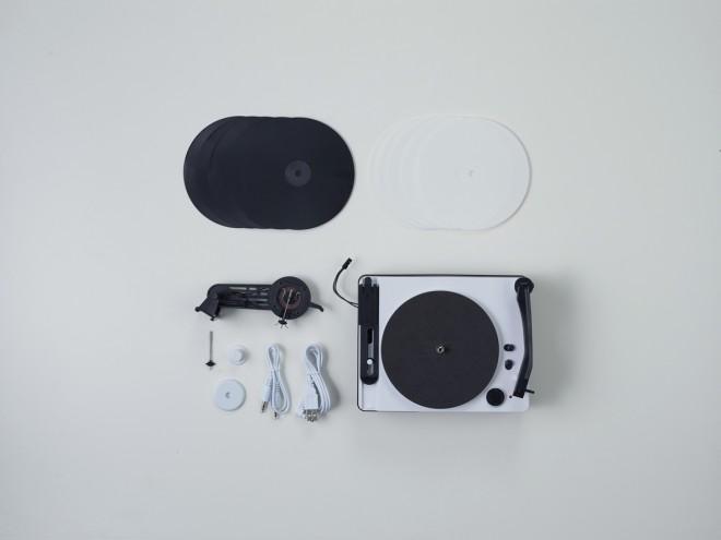 スマホに接続して、レコードに音源を刻むことができる