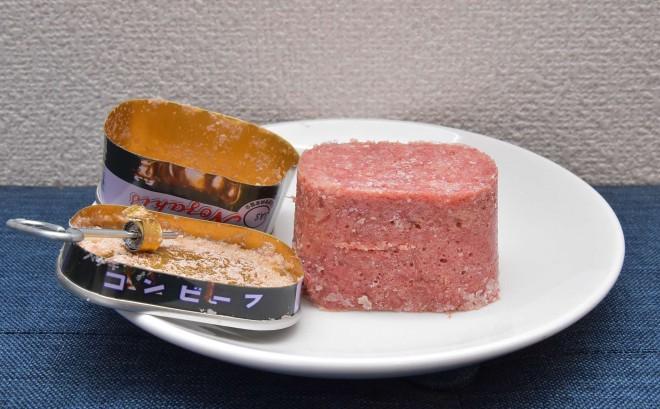 ノザキのコンビーフ「枕缶」【開け方�F】缶の中身を皿に出す