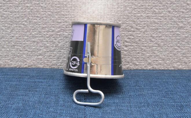 ノザキのコンビーフ「枕缶」【開け方�@】「枕缶」側面の「巻き取り爪」に「巻き取り鍵」をセットする