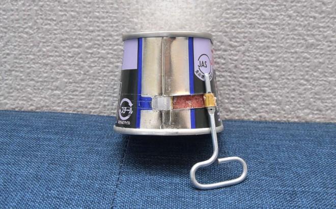 ノザキのコンビーフ「枕缶」【開け方�A】「巻き取り爪」に引っ掛けた「巻き取り鍵」を右側に巻いていく