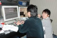 ディレクターと番組編集作業をする山田さん(撮影:2010年)