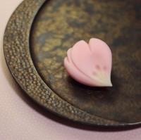 『舞桜』 練り切り製 小豆渡し餡