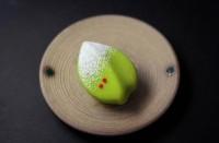 『千両』 練り切り製 小豆渡し餡 独特な丸みのある表現で、雪が積もる千両のはをあらわしている。和菓子らしい曲線や丸みが際立ったお菓子