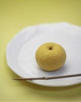 """『ありの実』 練り切り製 小豆こし餡 """"ありの実""""は梨の別名。姿形は梨にそっくり! 味としては、通常の練り切りだという"""