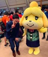 元テレビ東京アナウンサー・田口尚平さんTwitterより、『どうぶつの森』人気キャラと2ショット「しずえさんと写真撮った  #NintendoLive」