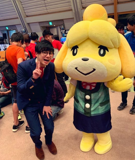 田口尚平さんTwitterより、『どうぶつの森』人気キャラと2ショット「しずえさんと写真撮った #NintendoLive」