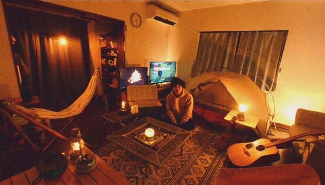 田口尚平さんTwitterより「あまりにも外に出られないのでリビングがキャンプ仕様になっています。Zoom映え」