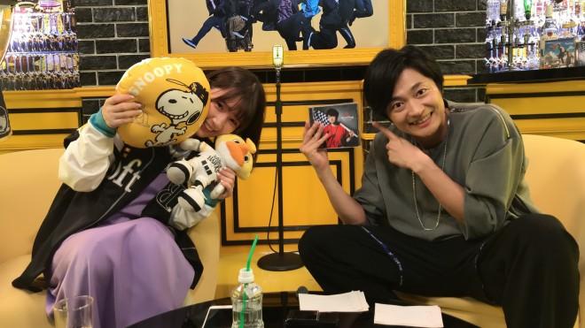 (左から)ホークスグッズを手に笑顔の内田真礼、下野紘(C)ABEMA,Inc.