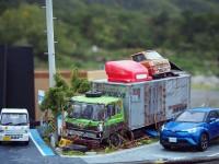 作品:田舎の自動車整備工場の片隅に佇む倉庫代わりの廃車のトラック 制作:ワタワタ