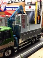 作品:田舎の自動車整備工場の片隅に佇む倉庫代わりの廃車のトラック(自販機) 制作:ワタワタ