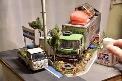 作品:田舎の自動車整備工場の片隅に佇む倉庫代わりの廃車のトラック 制作:ワタワタ 写真提供/ワタワタ氏