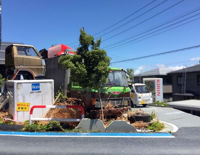 作品:田舎の自動車整備工場の片隅に佇む倉庫代わりの廃車のトラック 制作・画像提供:ワタワタ