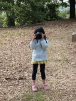 お父さんのピンボケ写真撮影時の娘さん(画像提供:PHOTO LENSさん @photo_lens_com)