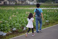 休校中の日課になった父娘の散歩(画像提供:PHOTO LENSさん @photo_lens_com)