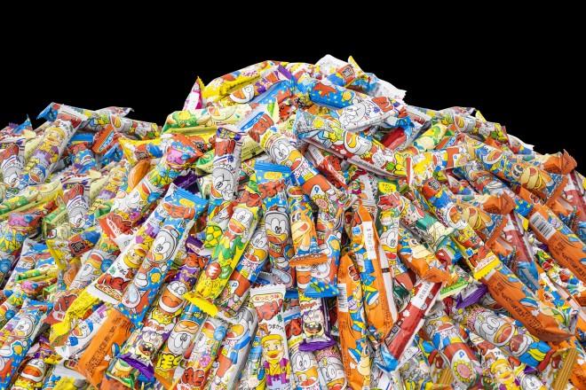 数十年間愛されている人気味から、1年足らずで終売になった珍味まで、これまで60種類以上発売してきた『うまい棒』